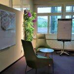 Büro mit Besprechungsecke und Flipchart